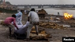 نمایی از ساحل رودخانه گنگ که جانباختگان کرونا را میسوزانند.