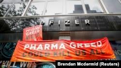 Митинг за глобальный доступ к вакцине против коронавируса возле штаб-квартиры Pfizer в Нью-Йорке, штат Нью-Йорк, США, 14 июля 2021 года