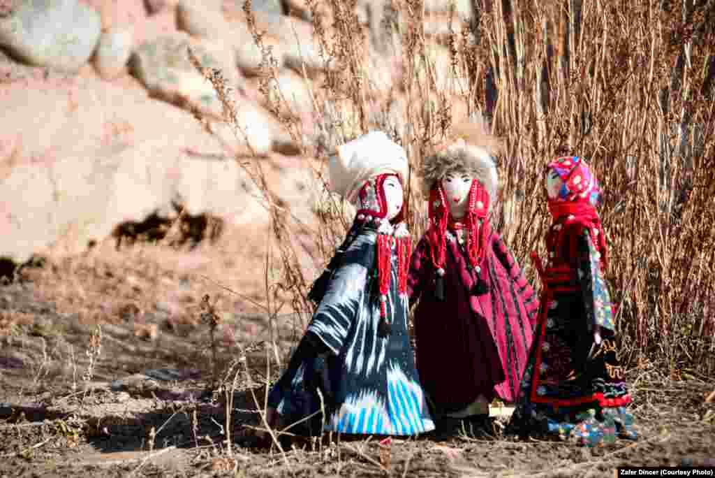 Көчмөн кыргыз элинде аялдын жашын, статусун анын кийиминен карап билишкен. Эгерде аялдын кийими кооз, татаал жана кооз саймаланган болсо, бул анын жогорку абалынан жана үй-бүлөнүн бакубат турмушунан кабар берет.