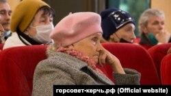 Пенсионеры, торгующие на блошином рынке, на встрече с председателем горсовета Керчи Ольгой Солодиловой, 14 апреля 2021 года