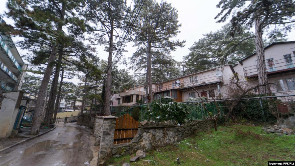 Жилища своих соседей в частном секторе жильцы многоквартирных домов с легкой иронией на бразильский манер называют «фавелами»