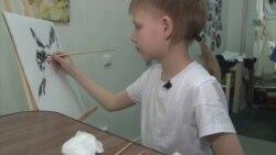 Gazdátlan cicáknak gyűjt ételt festményeivel egy kisfiú