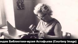 Мария Корякина печатает рукопись мужа. 1960-е гг.