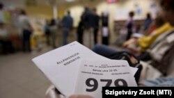 Álláskeresők várakoznak egy budapesti munkaügyi központban 2011-ben.