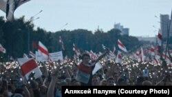 """Kép egy 2020-as minszki tüntetésről Alexei Paluyan """"Bátorság"""" c. filmjéből."""