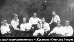 Группа курсантов Военно-морской школы. В центре полулежа Куканов