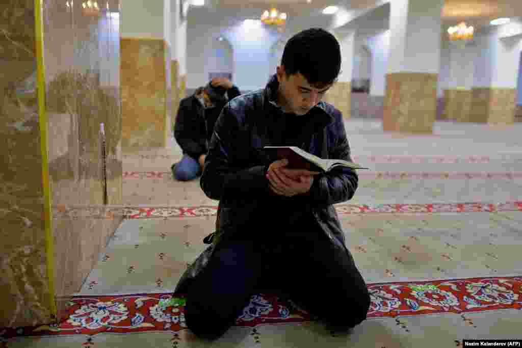 Мусульмане молятся в мечети в Душанбе, Таджикистан. (AFP / Нозим Каландаров)