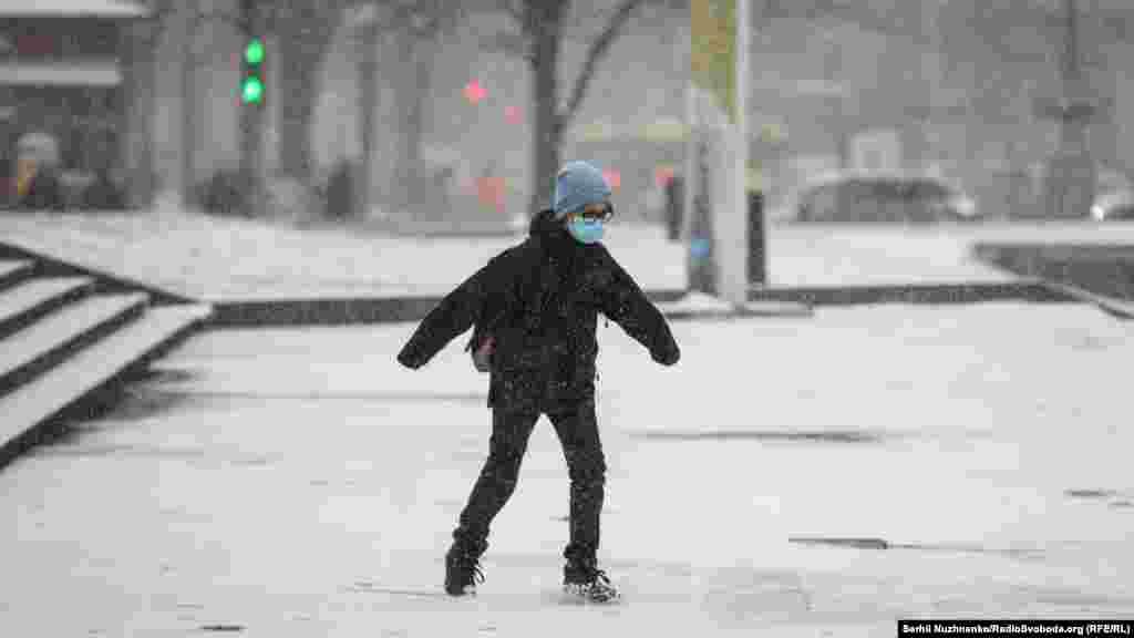 Кличко також закликав киян, які не мають гострої потреби їхати у місто, залишатися вдома