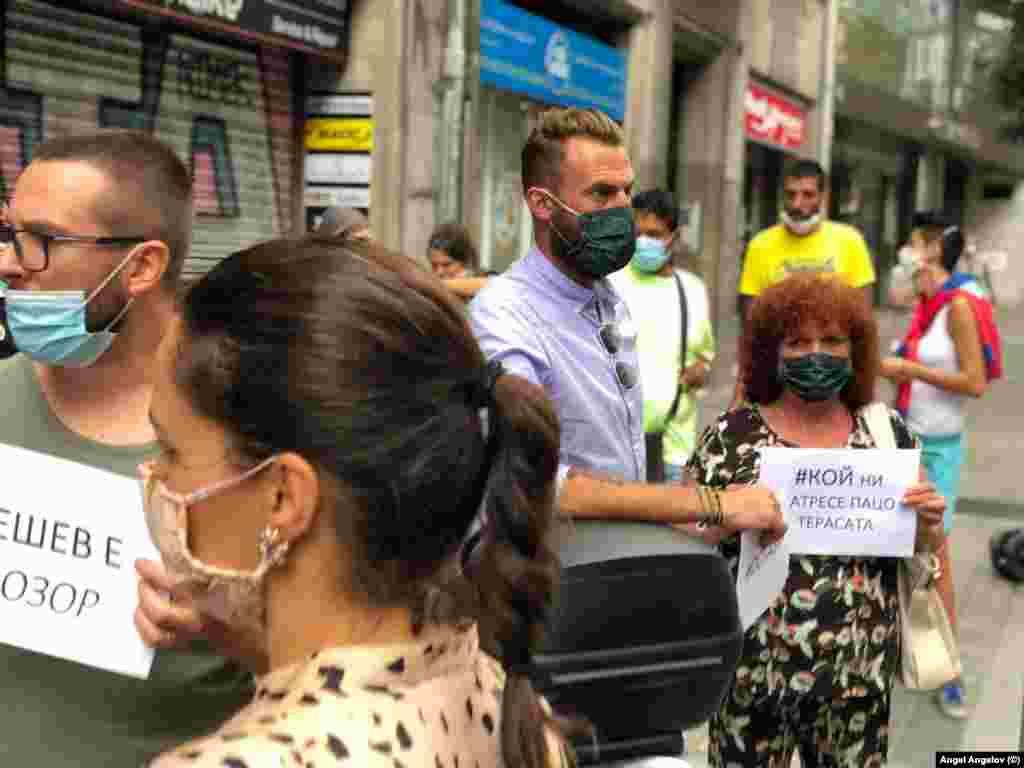 """Протестиращите в Барселона носеха плакати с въпроса """"Кой ни натресе Пацо Терасата?"""". Става дума за Пламен Георгиев, бившият председател на антикорупционната комисия, който беше отстранен от длъжността след скандалите """"Апартаментгейт"""" и беше назначен за консул в Барселона."""