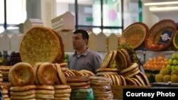 Нонфурӯше дар бозори Душанбе