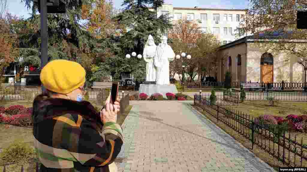 Памятник братьям Айвазовским – Ивану и Габриэлю
