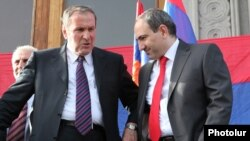 Armenia - Former President Levon Ter-Petrosian (L) and Nikol Pashinian at an opposition rally in Yerevan, May 31, 2011.