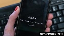 Mobilni telefon s logom platforme Anom koju je FBI koristio za praćenje kriminalaca širom sveta.