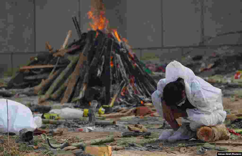 Човек плаче откако загуби роднина од ковид-19. Тој е еден од повеќе од три илјади Индијци кои ги губат своите животи за 24 часа во таа земја како резултат на пандемијата. Њу Делхи, 5 мај 2021 година