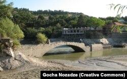 Фотография моста, сделанная в 2011 году. Это один из редких снимков, где запечатлен мост во время понижения уровня реки из-за открытия шлюзов плотины.