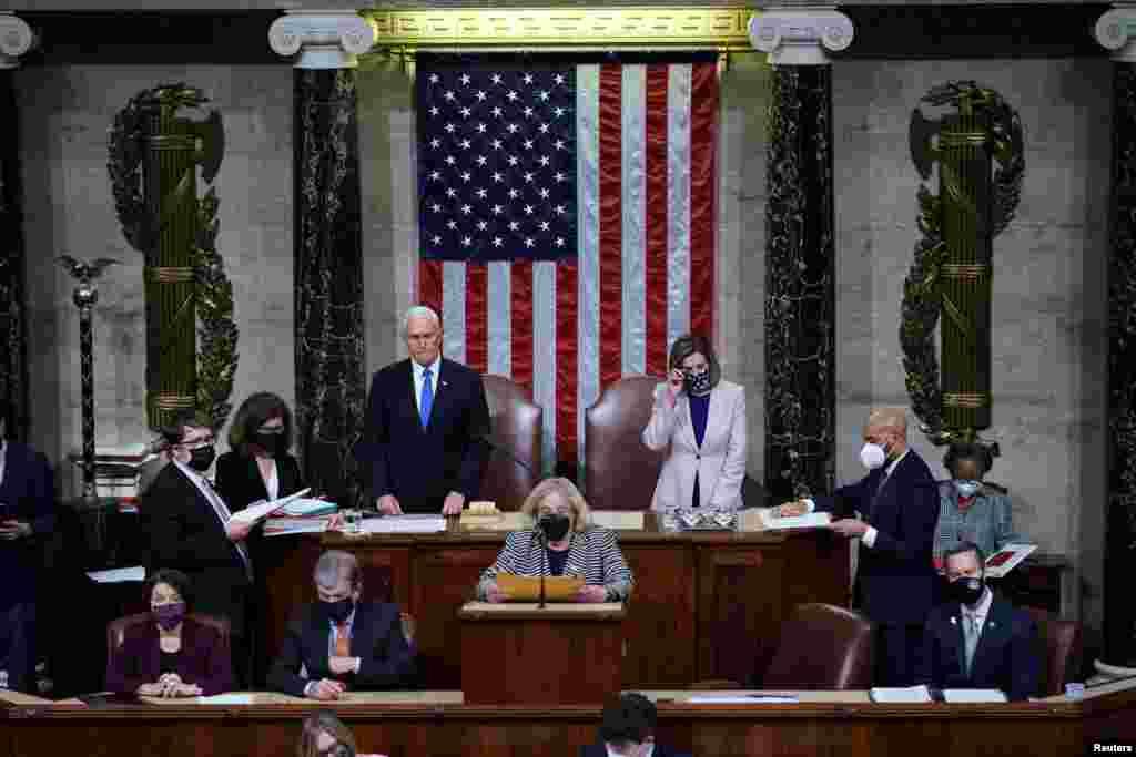 Seanca e përbashkët e Dhomës së Përfaqësuesve dhe Senatit. Nënpresidenti amerikan, Mike Pence, dhe kryesuesja e Dhomës së Përfaqësuesve, Nancy Pelosi.