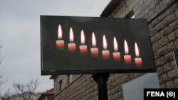 Plakat s osam svijeća u Posušju, dva dana nakon što je osam mladih osoba nastradalo ugušivši se ugljičnim monoksidom, 2. januar 2021.