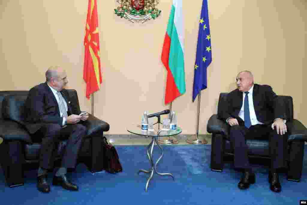 МАКЕДОНИЈА / БУГАРИЈА - Северна Македонија е суверена држава и сама решава на кој јазик сака да зборува, никој не може да ви наложи и да ви наметне на кој јазик да зборувате и никој не го барал тоа од вас, особено јас, му рекол бугарскиот премиер Бојко Борисов на специјалниот претставник за Бугарија, Владо Бучковски, на денешната средба во Софија, од која бугарскиот премиер објави и видео на неговата фејсбук страна.