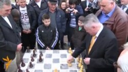Бомбашки напад во Кабул, Карпов игра шах со српски селани