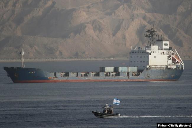 یک قایق نیروی دریایی اسرائیل در حال اسکورت یک کشتی باری با پرچم پاناما به بندرگاه ایلات در مارس ۲۰۱۴
