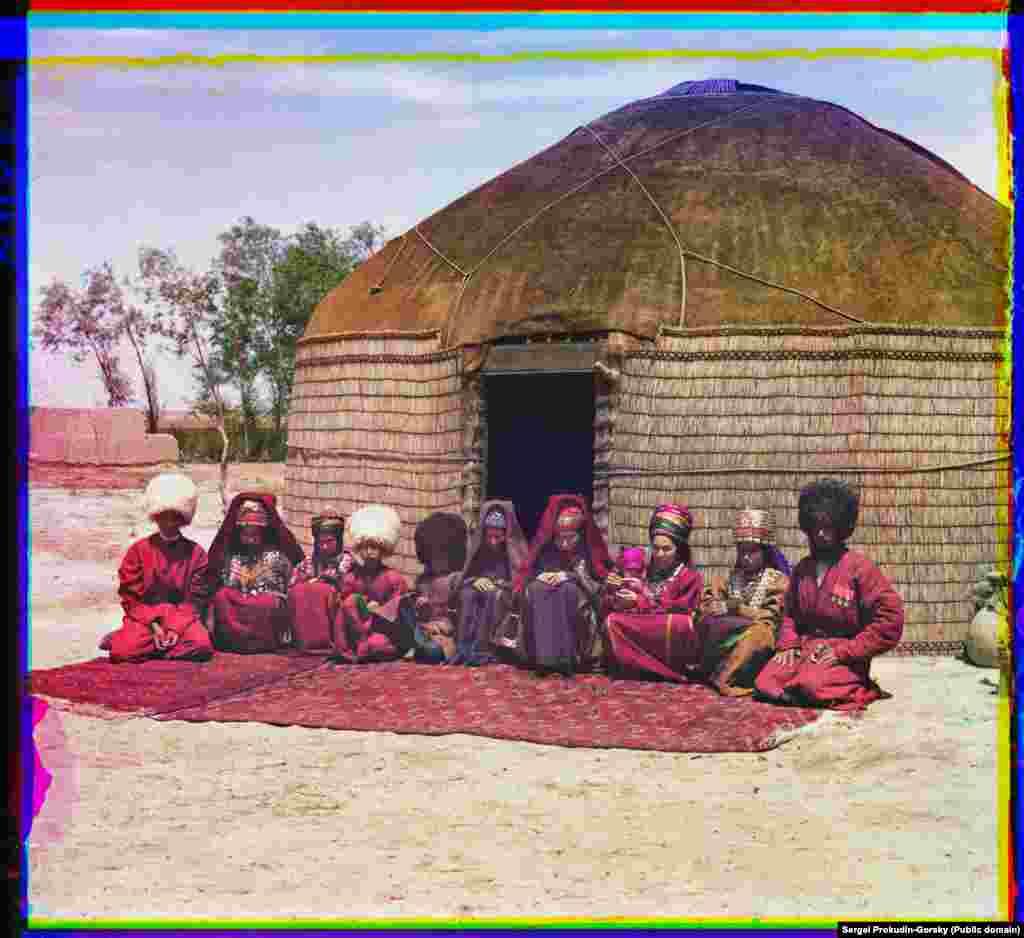 O familie de turkmeni pozează în fața iurtei, lângă Bayramaly.