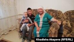 Жительница Саржала Гульмира Кусаинова с внуками