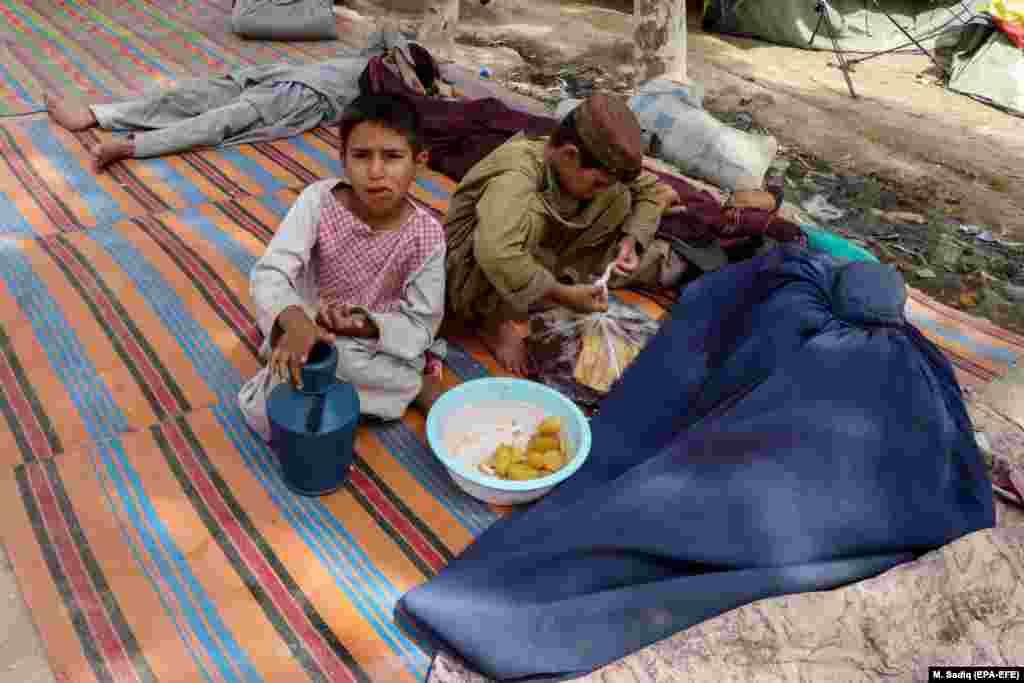Жанчына-уцякачка сьпіць. Яна і яе сям'я былі вымушаныя пакінуць свае дамы ў Кандагары 4 жніўня.