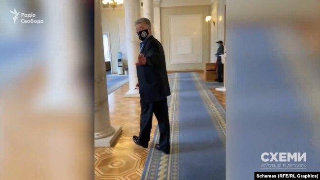 Лідер «Європейської солідарності» і п'ятий президент Петро Порошенко не захотів відповідати на запитання журналістів в кулуарах парламенту
