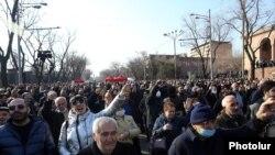 Сторонники оппозиции проводят демонстрацию в Ереване с требованием отставки премьер-министра Никола Пашиняна, 27 февраля 2021 года