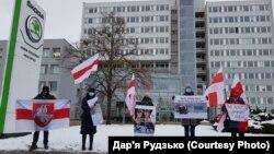 Учасники пікету біля офісу Skoda із закликами не підтримувати Білорусь, Млада Болеслав, січень 2021 року