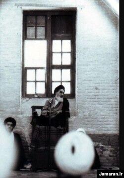 محتشمیپور پای منبر آیتالله خمینی، اواخر دهه چهل خورشیدی، مسجد شیخ انصاری نجف عراق