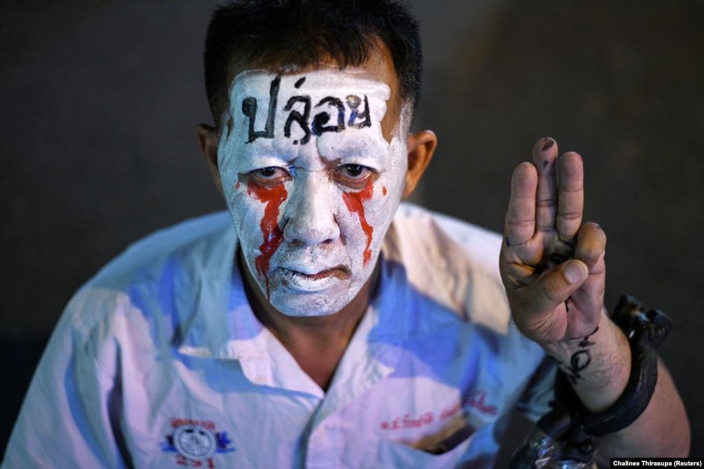Портрет літнього чоловіка, який вийшов на антиурядовий пікет 15 жовтня у Бангкоку