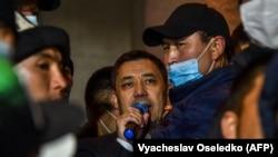 Садыр Жапаров со своими сторонниками в Бишкеке после того, как его назначили премьер-министром страны. 14 октября 2020 года.