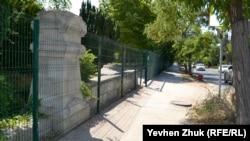 Весь Исторический бульвар обнесли забором