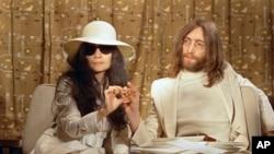 John Lennon és Yoko Ono egy sajtótájékoztatón 1969-ben.