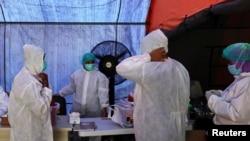 Медработники в защитной одежде в Индонезии во время пандемии COVID-19.