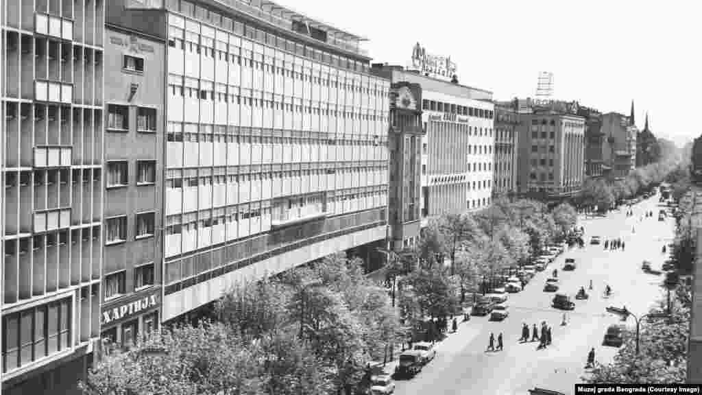 Pogled na centralni Trg Terazije (1961-62. godine) iz ptičje perspektive. Na mestu gde je nekada stajao deo drvoreda, danas se nalaze trafika, bilbordi i ulaz u podzemni prolaz.