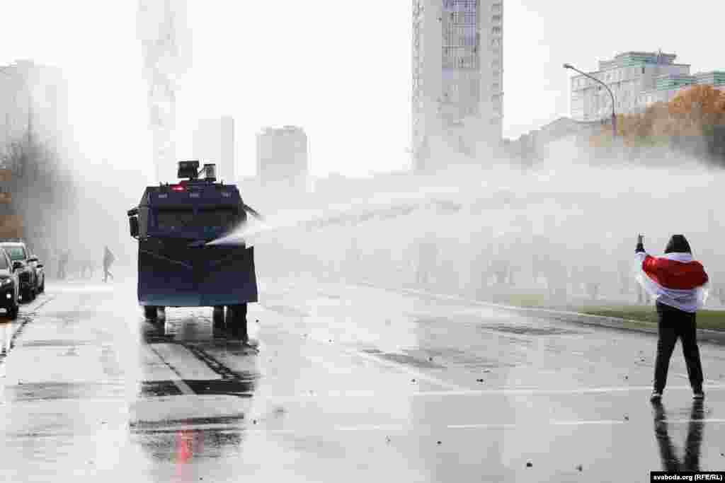 «Марш вызваленьня палітвязньняў» 4 кастрычніка ў Менску. Пратэстоўцаў на праспэкце Машэрава пачалі разганяць вадамётам