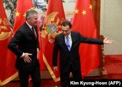 Қытай премьер-министрі Ли Кэцян (оң жақта) мен Черногория премьер-министрі Мило Джуканович. Пекин, 26 қараша 2015 жыл.