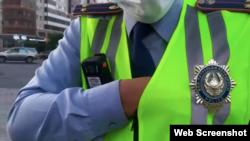Скриншот видеозаписи Лукпана Ахмедьярова, на которой снят подошедший к журналисту и оператору сотрудник полиции
