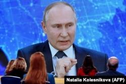 Президент России Владимир Путин отвечает на вопросы журналистов по видеосвязи в рамках ежегодной пресс-конференции, 17 декабря 2020 года
