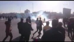پرتاب گاز اشک آور به سوی معترضان در مشهد