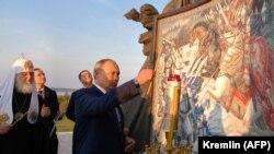 Путин на открытии памятника Александру Невскому в Псковской области (архивное фото)