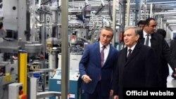Prezident Shavkat Mirziyoyev 2018 yilning 29 noyabrida UZTEX Group egasi Farhod Mamajonov hamrohligida Shovotdagi to'qimachilik korxonasini ko'zdan kechirdi.