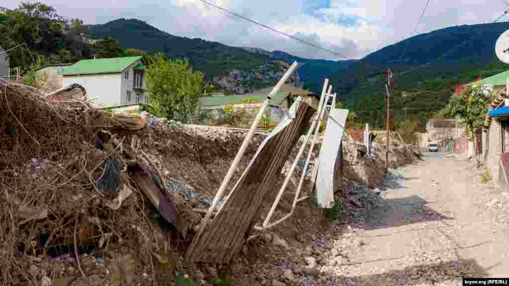 Отвалами с нанесенными рекой мусором по-прежнему загромождены усадьбы и обочины на улице Джафера Сейдамета