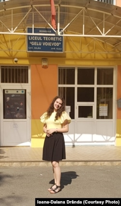 Cu Ioana am vorbit în timp ce era în mașină cu tatăl ei. S-au oprit în fața Liceului din Gilău pentru a face această poză.