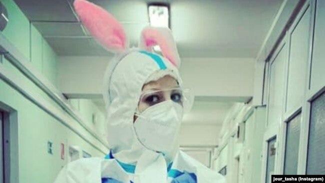 Таша Соколова в костюме волонтера