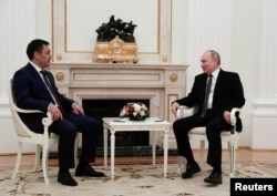 Президент России Владимир Путин (справа) и президент Кыргызстана Садыр Жапаров на встрече в Кремле, 24 февраля 2021 года.