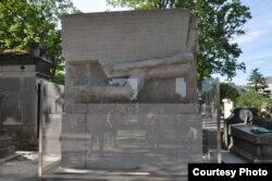Cimitirul Pere Lachaise, mormântul scriitorului Oscar Wilde, Paris.
