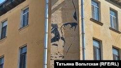 Портрет Даниила Хармса на ул. Маяковского, 11